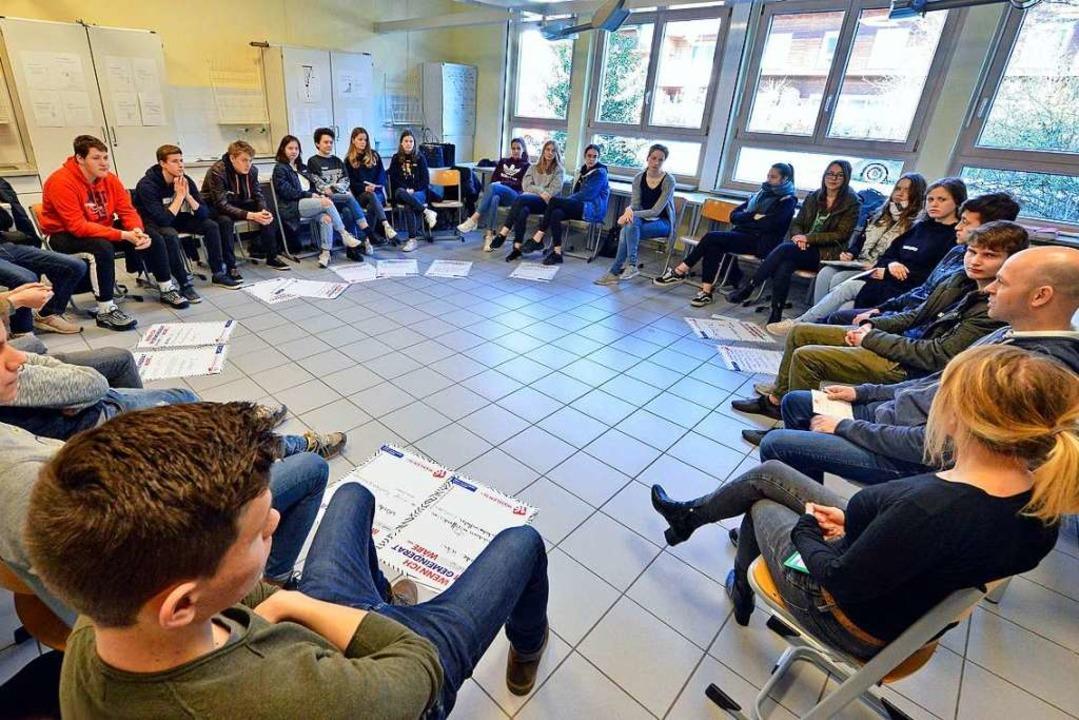 In der Waldorfschule (links) musste St...weiter von rechts) Fragen beantworten.    Foto: Michael Bamberger