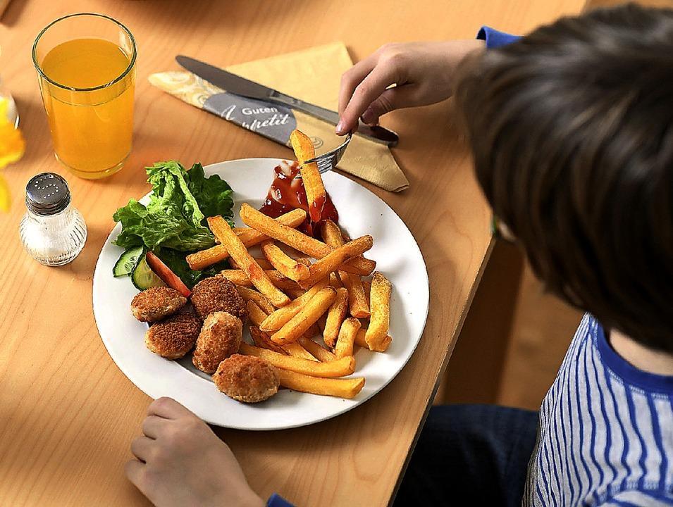 Zu wenig Gemüse und zu viel Pommes  lautet die Kritik an Kindertellern.   | Foto: dpa