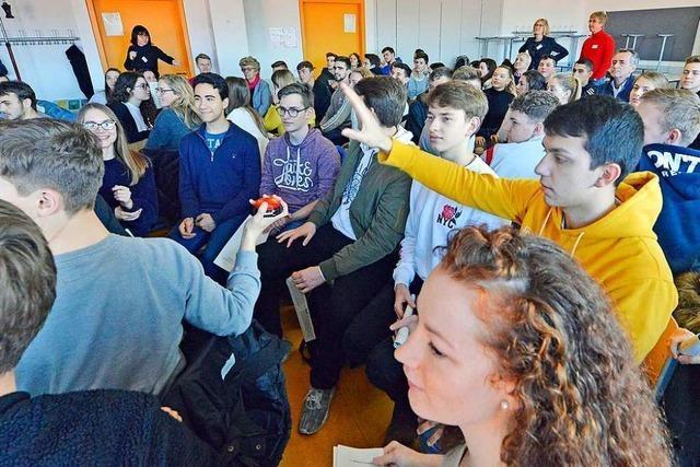 Schüler diskutieren mit Gemeinderatskandidaten