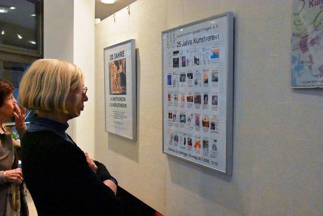 Der Kunstverein zeigt im Rathausfoyer Plakate.  | Foto: Andrea Steinhart