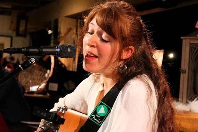 Liedermacherin Theresa Dold feierte beim Konzert in Buchenbach ein Heimspiel