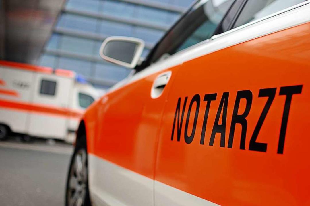Am Schramberger Rathaus sind ein Rettungsdienst und ein Notarzt im Einsatz.  | Foto: Felix Abraham - Fotolia