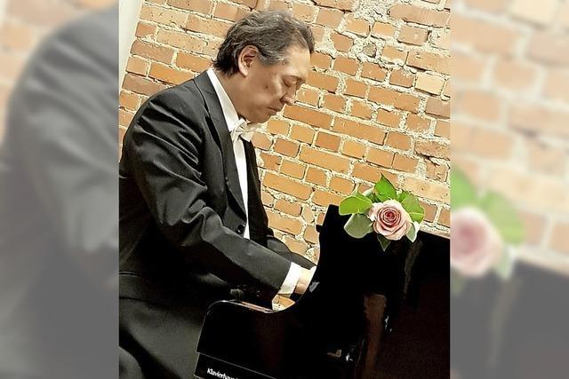 Pianist greift in die Tasten – und