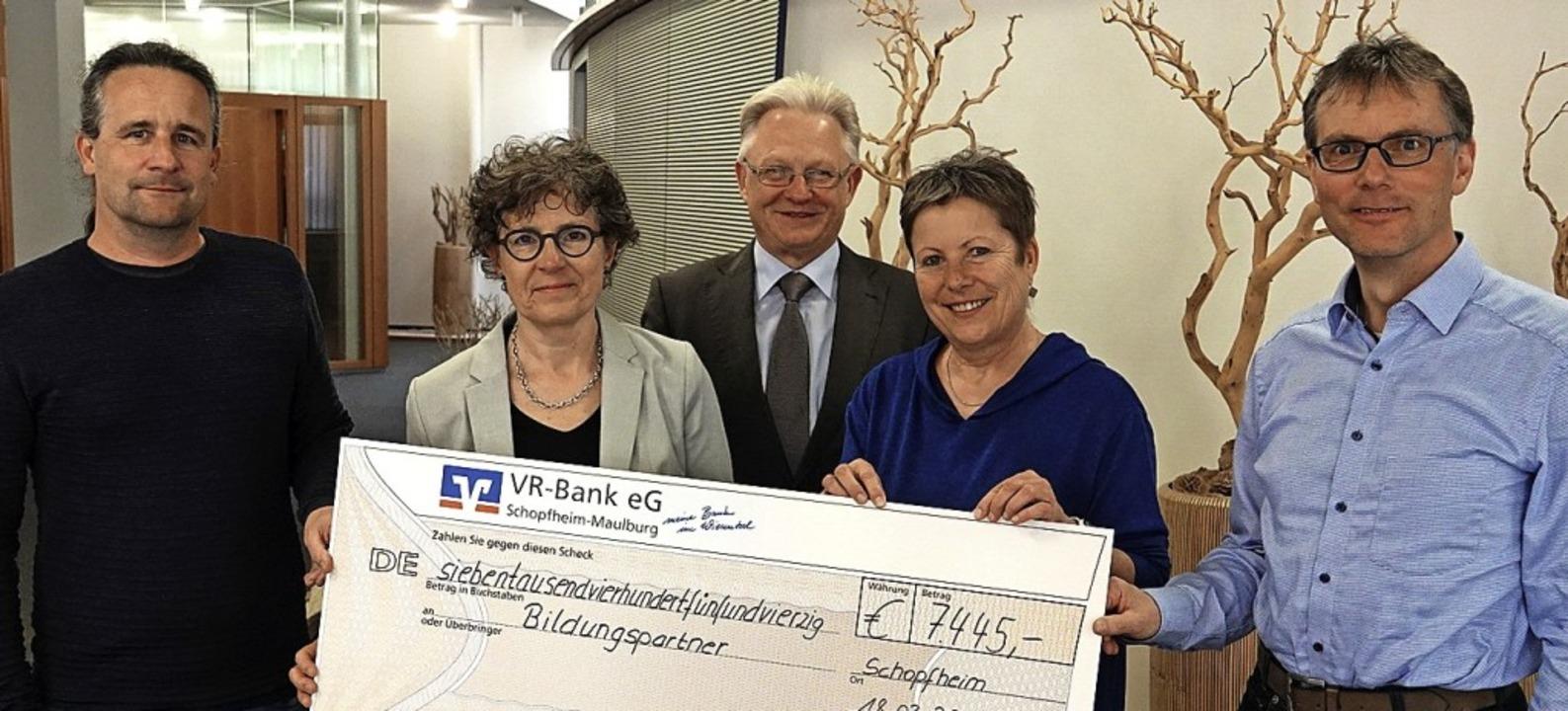 Großzügige Spende für die Bildung: VR-...sentalschule) und Norbert Asal (MORZ).  | Foto: Hans-Jürgen Hege