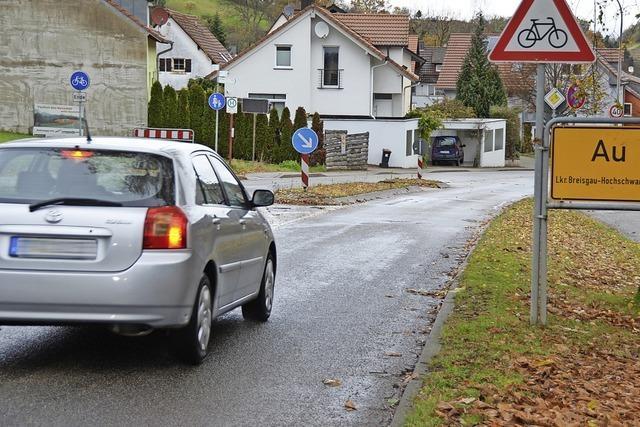 Viele Fahrzeuge fahren zu schnell durch Au