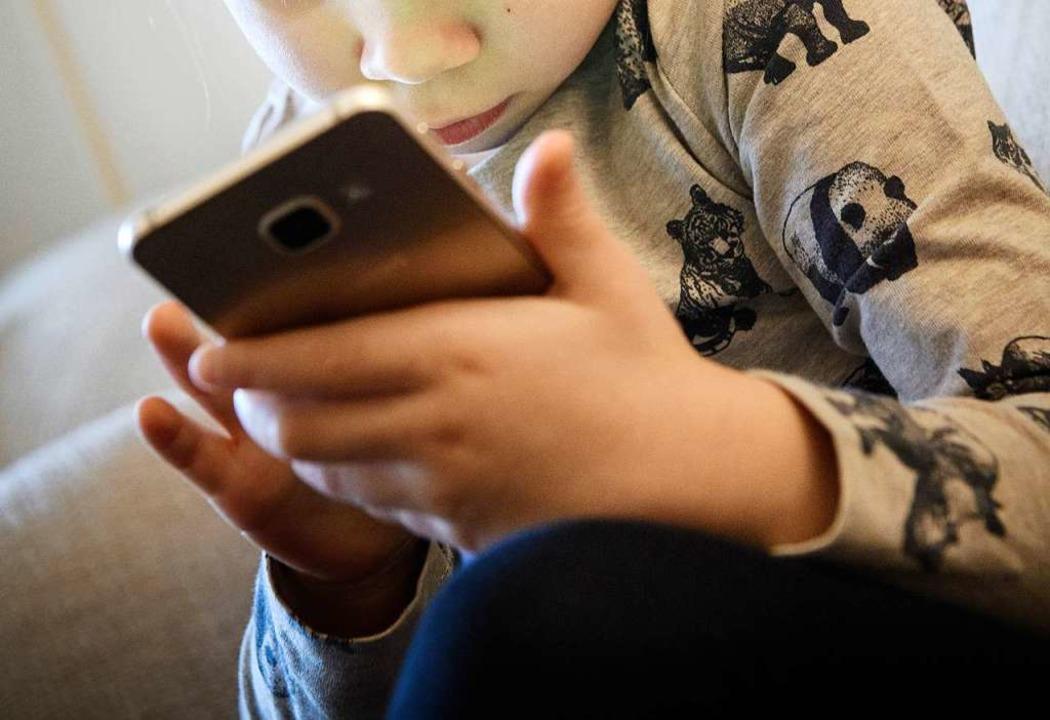 Was macht es mit Kindern, wenn sie früh Smartphones nutzen? (Symbolbild)  | Foto: dpa