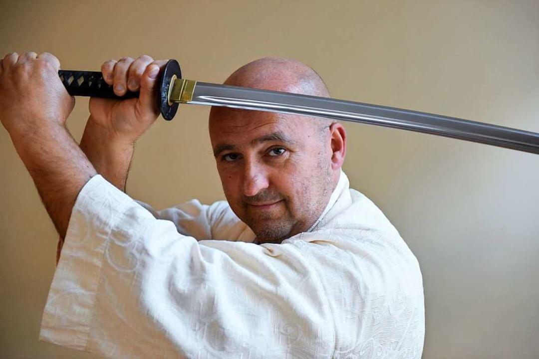 Thorsten Karas führt das Iaido-Schwert  | Foto: Rita Eggstein