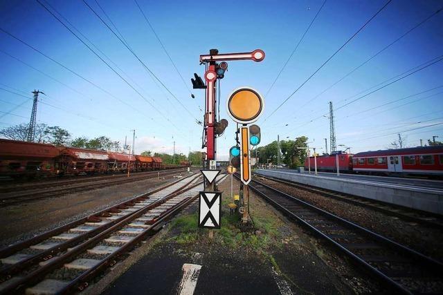 Verdächtiges Paket in IC entdeckt – Zug stoppt auf freier Strecke