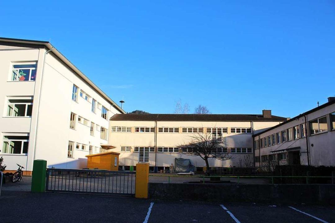 Der linke Gebäudeteil der Grund- und W...die Turn- und Festhalle untergebracht.  | Foto: Karin Heiß