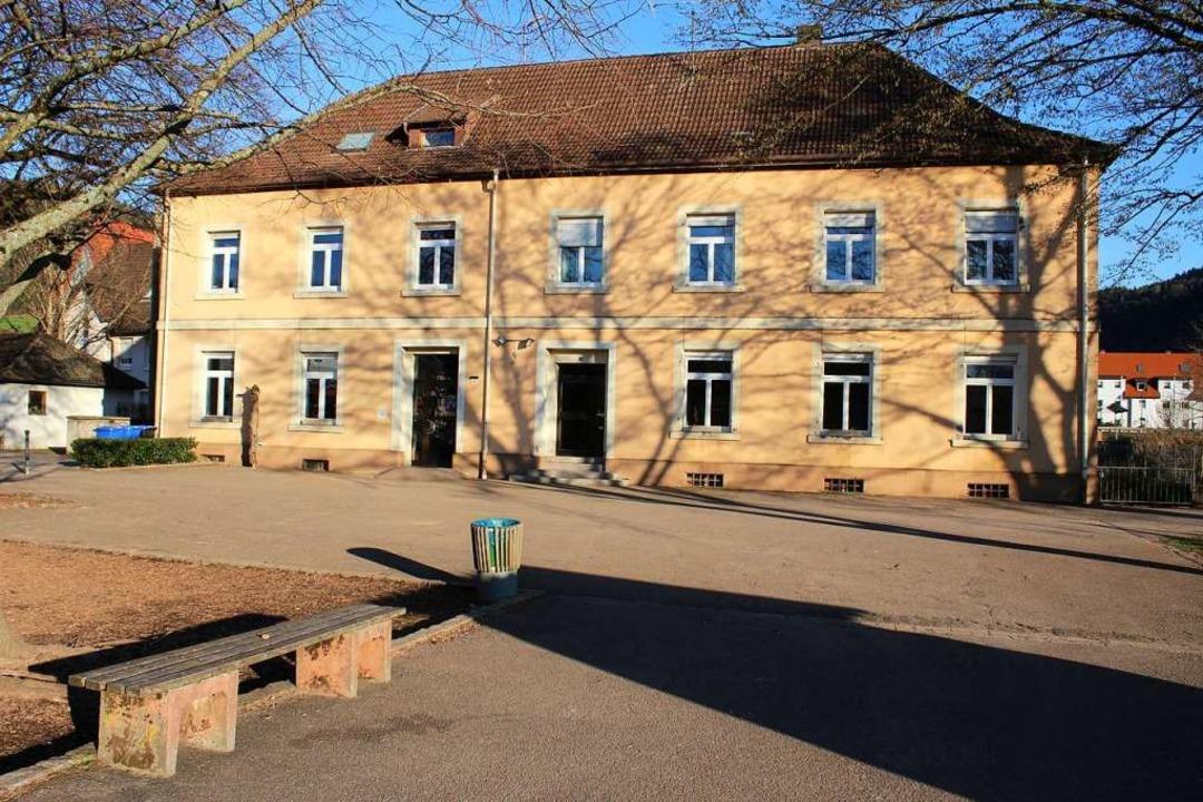 Im linken Gebäudeteil, der sich l-förm...s wohnen zwei langjährige Mietparteien  | Foto: Karin Heiß