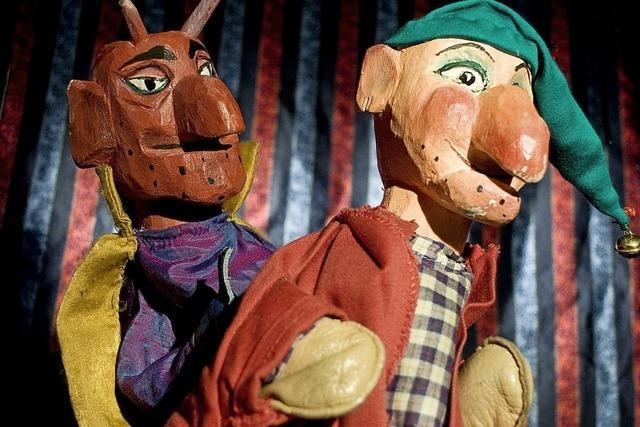 Puppen tanzen zuerst in der Altstadt