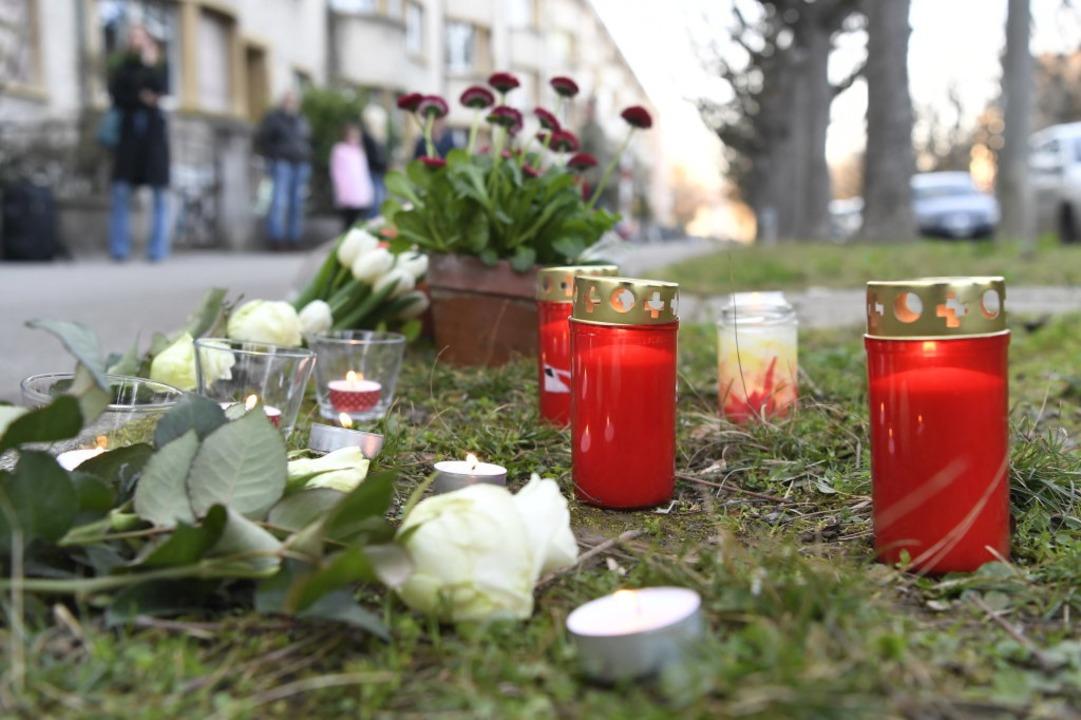 Blumen und Grablichter erinnern am Tatort in Basel an das junge Opfer.  | Foto: dpa