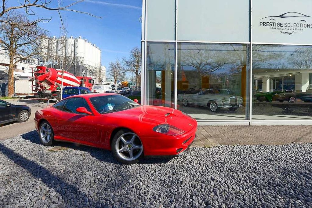 Vorn der Ferrari 550 Maranello, hinten Betonlaster und Betonwerk    Foto: Ingo Schneider