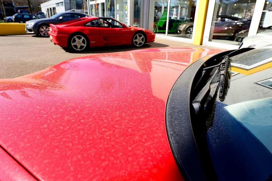 Eine feine Schicht Zementstaub überzieht den Ferrari  | Foto: Ingo Schneider