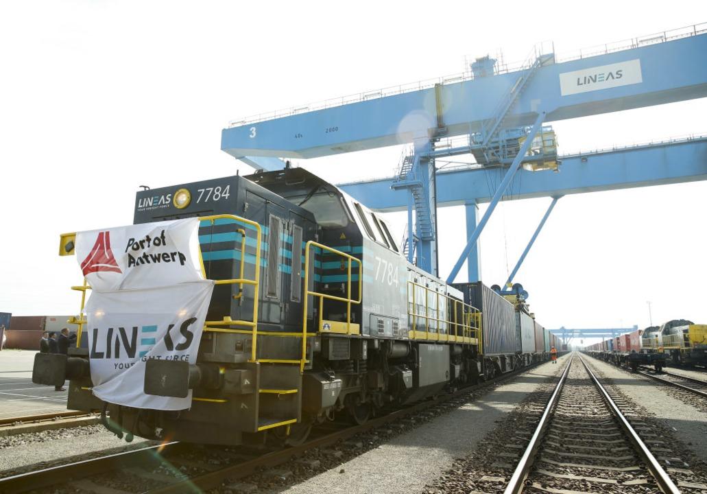 Belgien, Antwerpen: Ein Güterzug der i...i dem Projekt eine besondere Rolle zu.  | Foto: dpa