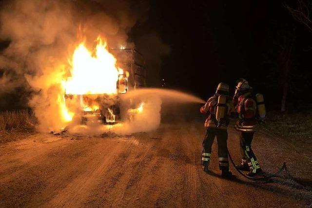 Feuerwehr löscht brennenden Laster auf Schwimmbadparkplatz