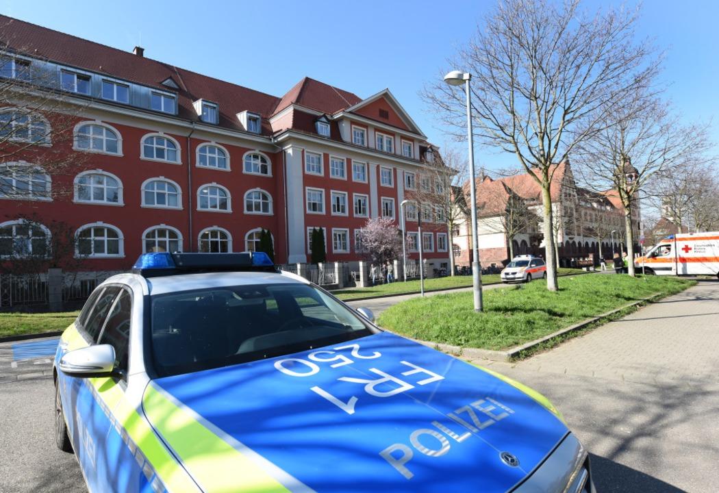 Einsatzkräfte eilten in die Schule in ...ieder abrücken. Die Polizei ermittelt.  | Foto: Rita Eggstein