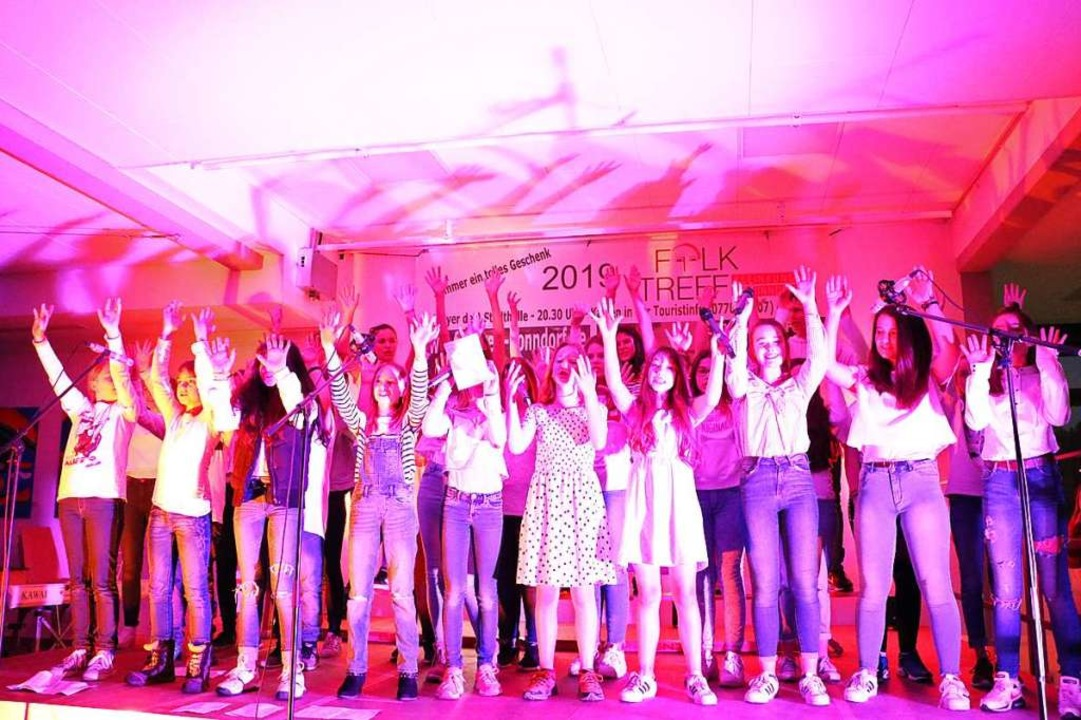 Begeistert präsentierte der Schulchor ...nzelne Solisten besonders brillierten.  | Foto: Martha Weishaar