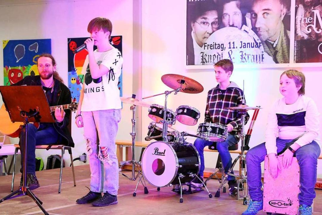 In der Schulband um Mathias Veit (link...awn am Schlagzeug und Marvin am Cajun.  | Foto: Martha Weishaar
