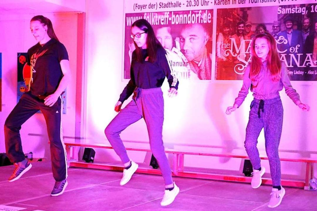 Jenny Isele (links) präsentierte mit Schülerinnen einen fetzigen Tanz.  | Foto: Martha Weishaar