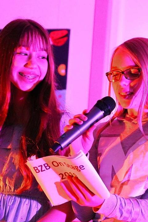 Pfiffig, gut gelaunt und charmant führ...) und Emma Tröndle durch das Programm.  | Foto: Martha Weishaar