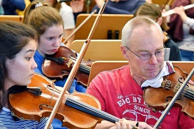 Im Freiburger Theater spielt ein Schulorchester mit den Profis