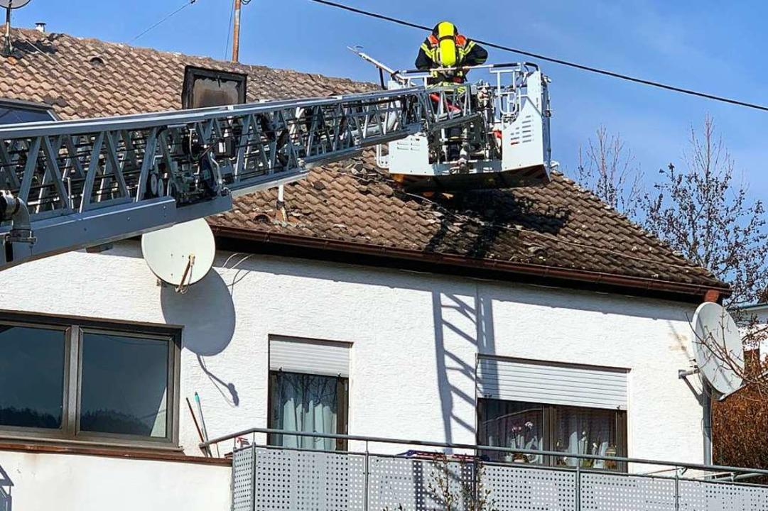 Das Feuer war im zweiten Stock in eine...n schlugen bis ins Dachgeschoss durch.