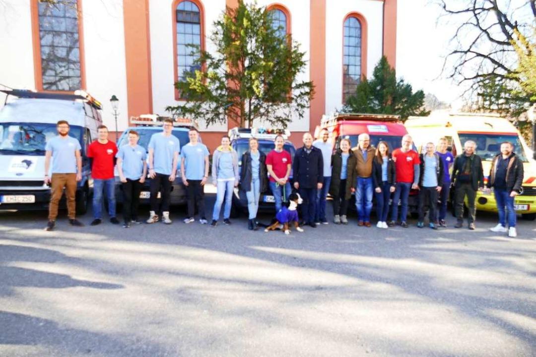 Die Teams (hellblau) und ihre Unterstü...ttig Oberbürgermeister Roman Götzmann.  | Foto: Sylvia Sredniawa