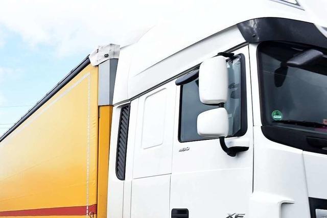 Durchs offene Fenster: Lkw-Fahrer treffen Splitter eines gerammten Außenspiegels