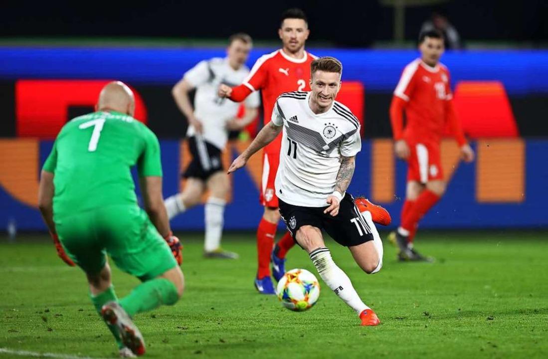 Reus taucht vor Serbiens Keeper Dimitrovic auf.  | Foto: dpa