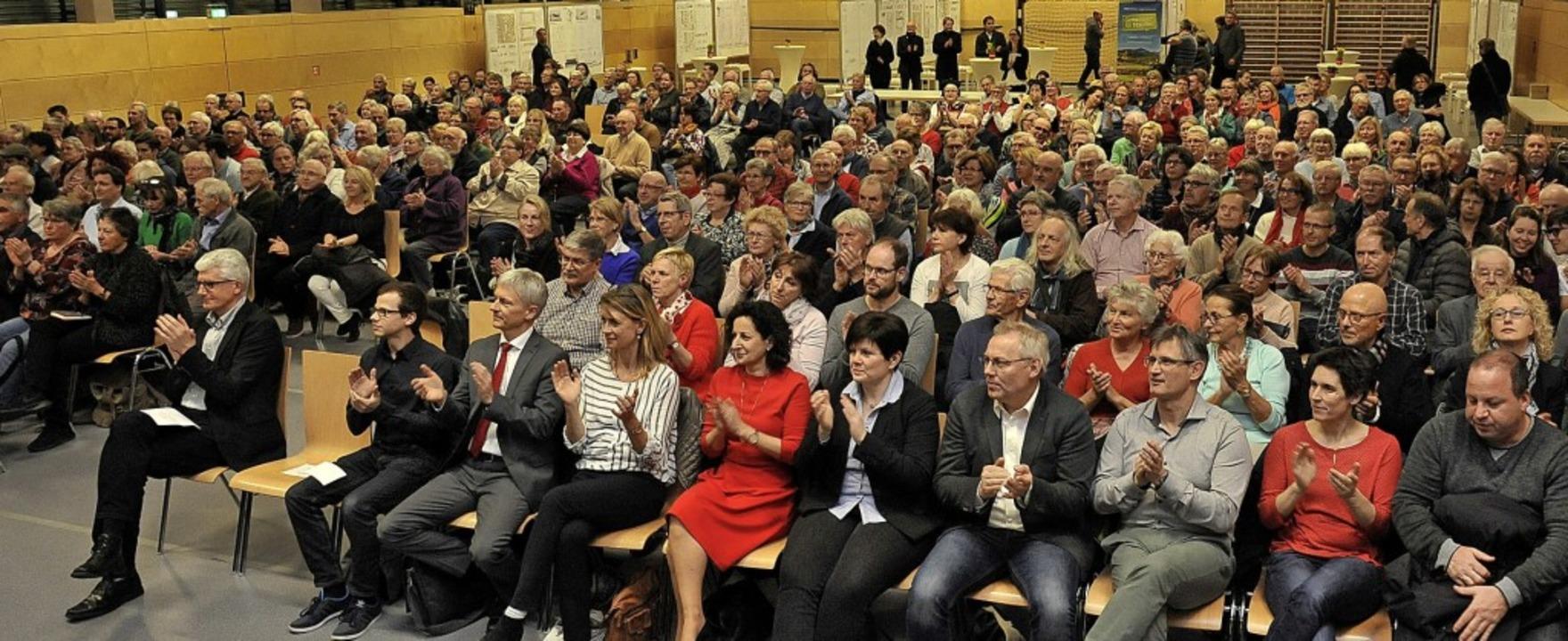 Viel Applaus in der Belchenhalle für d...chael Kübler und Bürgermeister Benitz   | Foto: Hans-Peter Müller