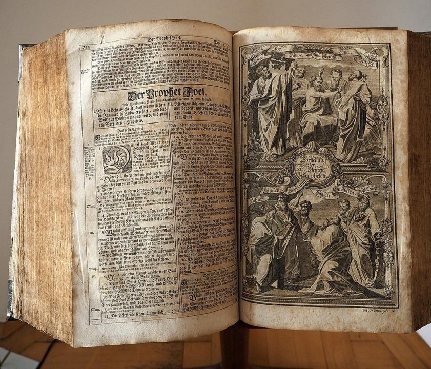 Um das Buch der Bücher geht es in der ...n Nachbau der Gutenbergpresse zeigen.   | Foto: Thomas Wehrli