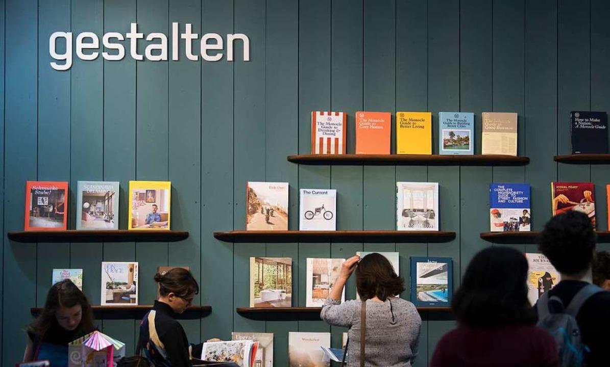 Gestalten – die Buchbranche demonstriert Gemeinsamkeit in Leipzig.  | Foto: dpa