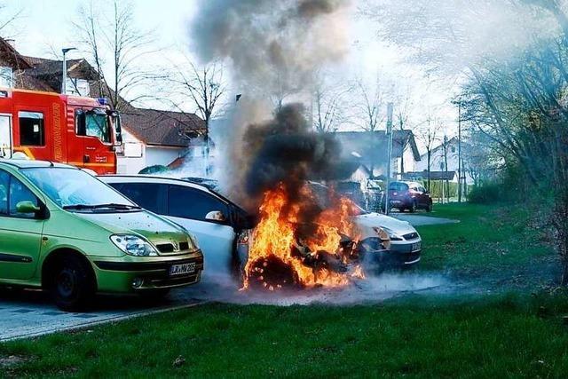 Auto brennt in der Breisgaustraße in Lahr vollständig aus