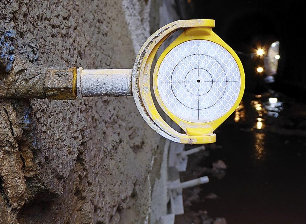 Mit diesem Spiegel  wird kontrolliert, ob sich der Tunnel um Millimeter bewegt.  | Foto: Peter Stellmach