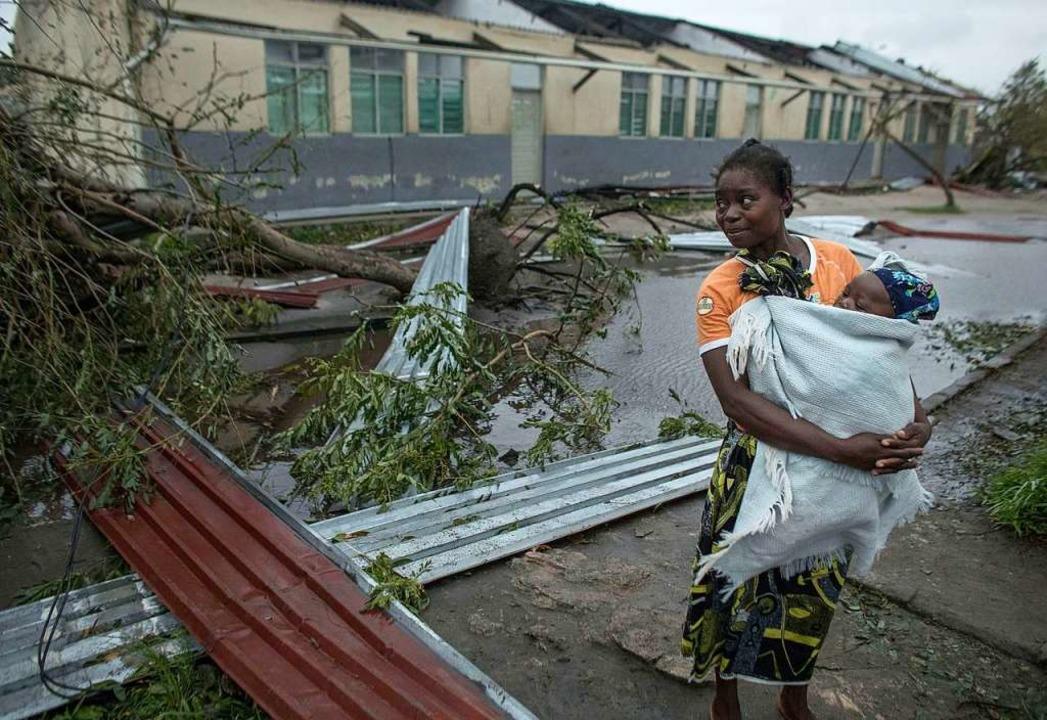 Trümmer, Überschwemmungen und umgestür... Zyklon Idai in Mosambik hinterlassen.  | Foto: dpa