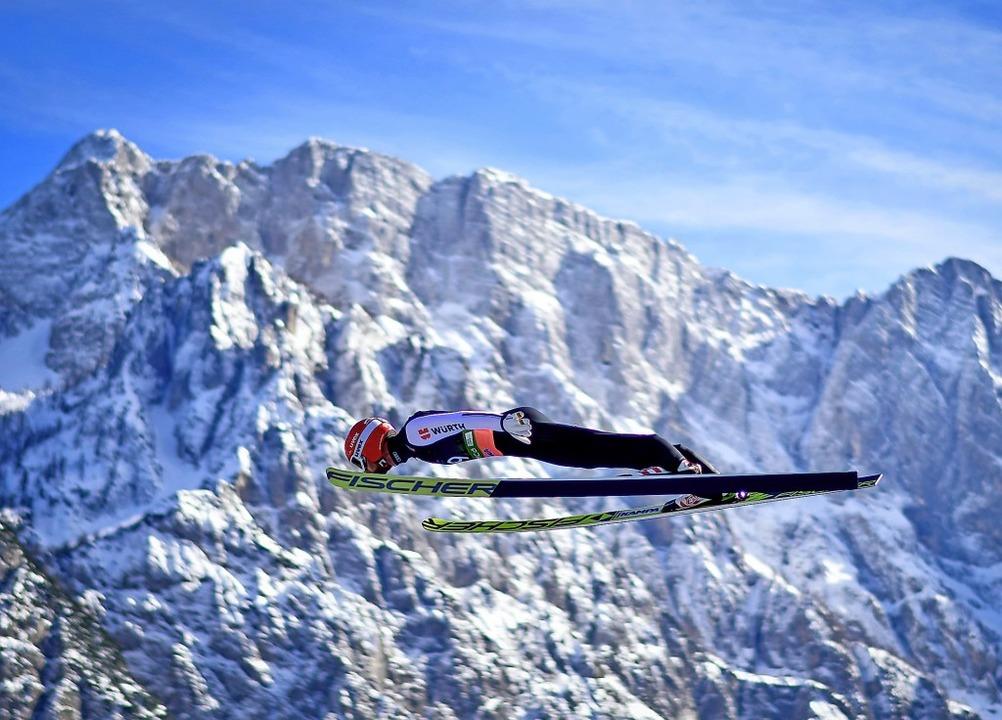 Auf der Flugschanze von Planica triump...er vor einer himmlischen Bergkulisse.   | Foto: AFP