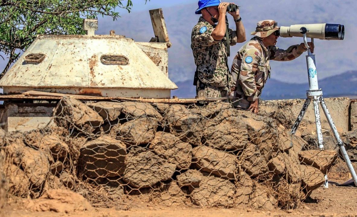 UN-Soldaten beobachten die syrische Seite des Golans.   | Foto: AFP