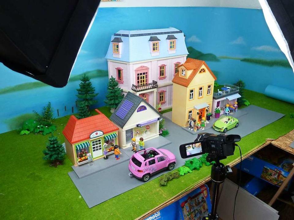 Das Filmzimmer mit Kulisse und Kamera:...die Playmobilfilme der Familie Hauser.  | Foto: Promo