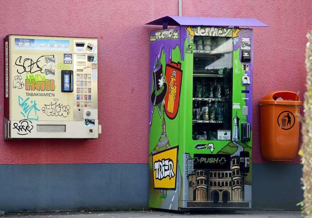 Der Cannabis-Automat in Trier enthält ...tikdöschen plus allerlei Rauchzubehör.  | Foto: dpa