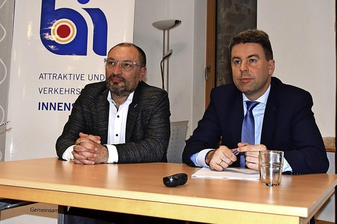 Zu Gast bei der BI (von links): Stadtp...s Finanzbürgermeister Hagen Breitling.    Foto: Stefan Ammann