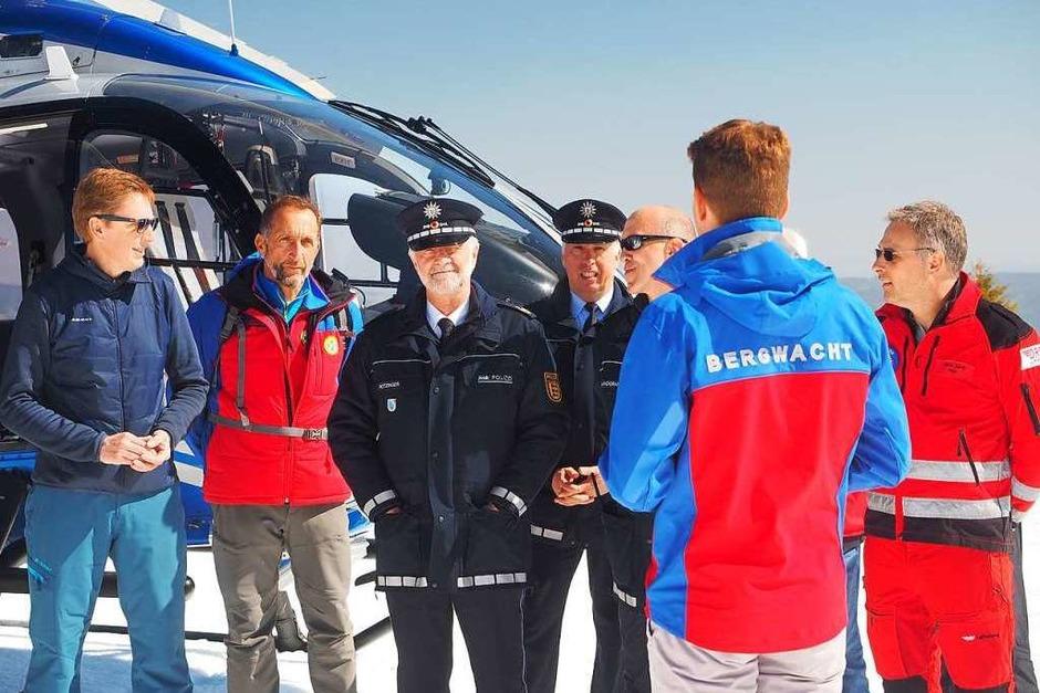 Bergwacht-Landesvorsitzender Adrian Probst informiert Verantwortliche von Polizei und anderen Organisationen sowie Bürgermeister über die Lawinenübung. (Foto: Susanne Gilg)