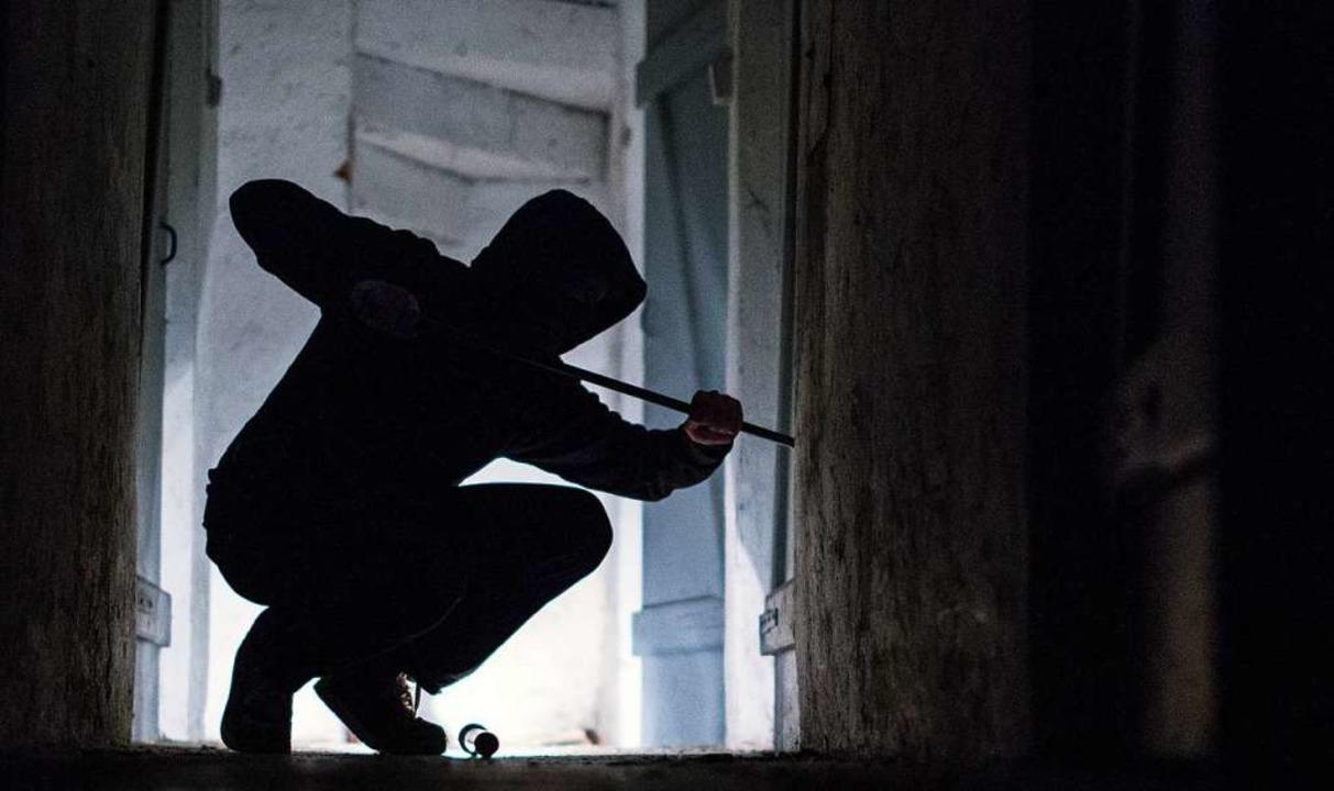 Die Einbrecher entwendeten Schmuck im Wert von mehreren Hundert Euro.  | Foto: dpa
