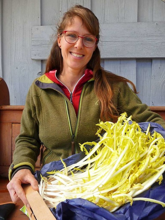 Die Wildpflanzenexpertin Nicole Kaiser... sich aus Löwenzahn herstellen lassen.  | Foto: Katja Russhardt