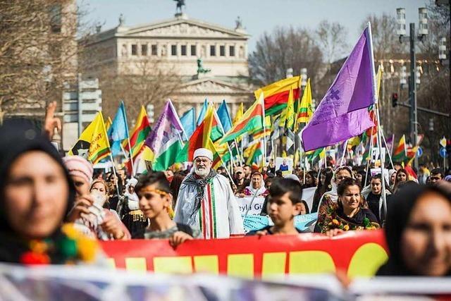 Öcalan-Rufe und Familienfeststimmung bei kurdischer Newroz-Demo