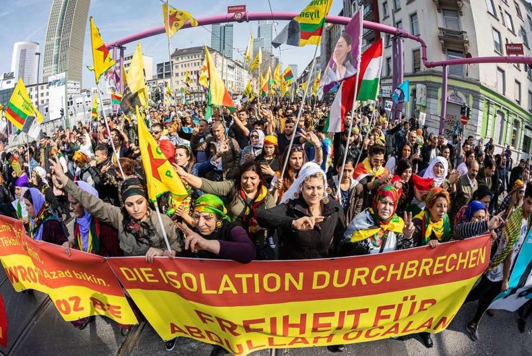 Mit zahlreichen Fahnen ziehen Teilnehm...urdischen Newroz-Fest durch die Stadt.    Foto: dpa