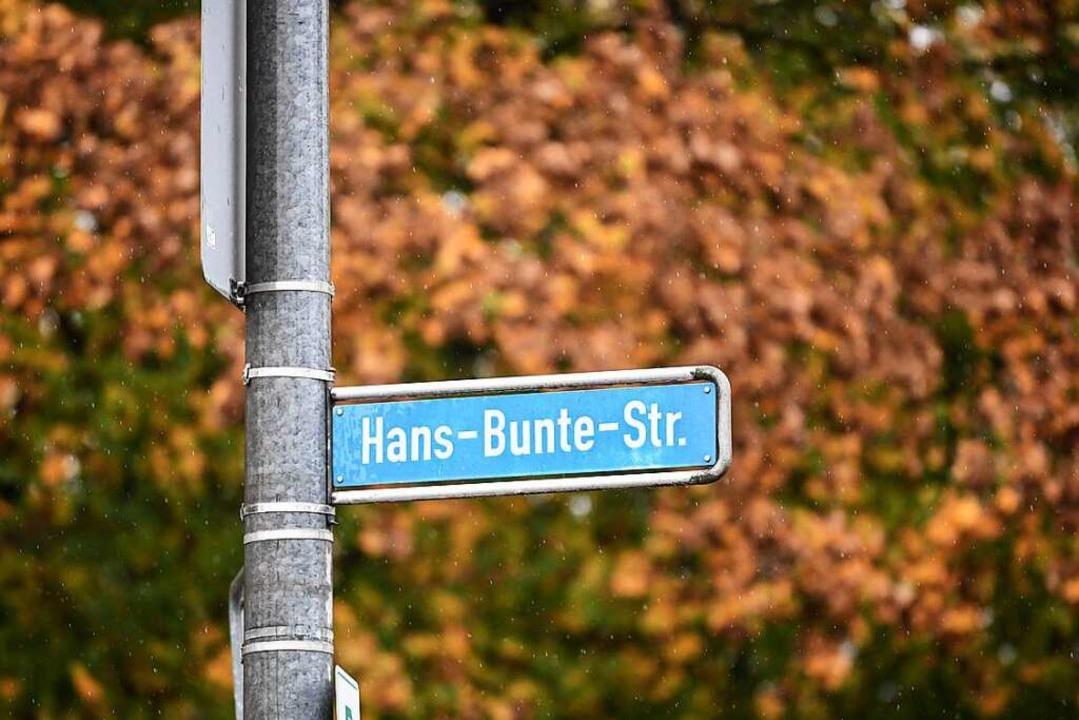 Die Ermittler sind weiter auf Hinweise...at in der Hans-Bunte-Straße angewiesen  | Foto: dpa