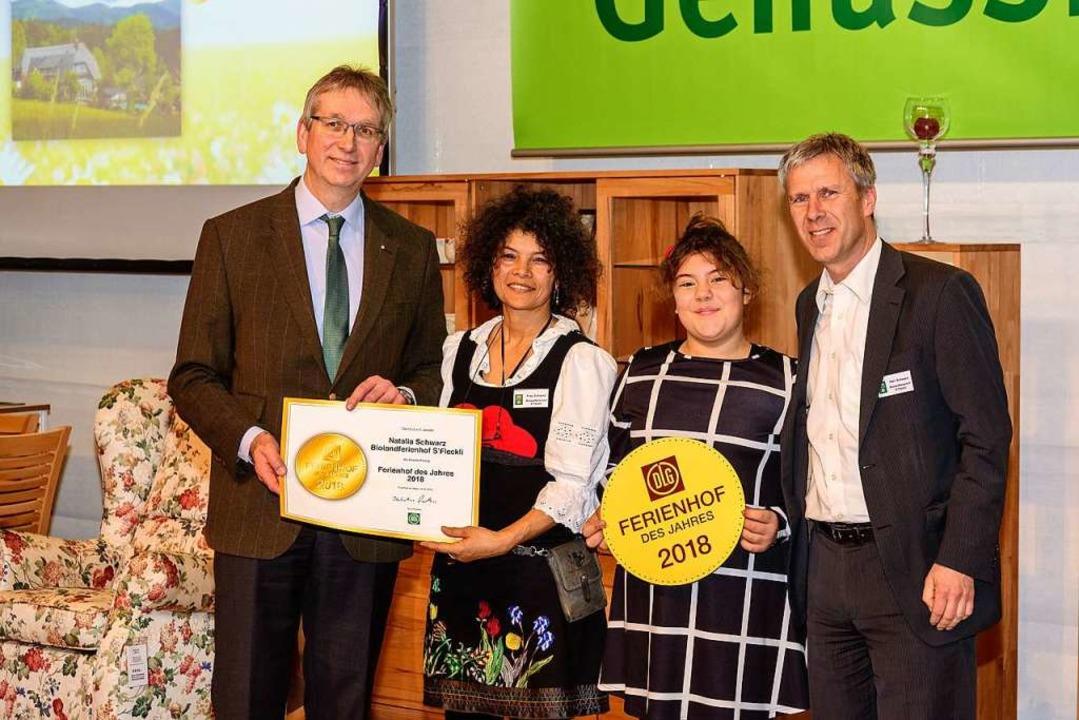 Familie Schwarz nimmt die Auszeichnung entgegen.  | Foto: Josef Katscher