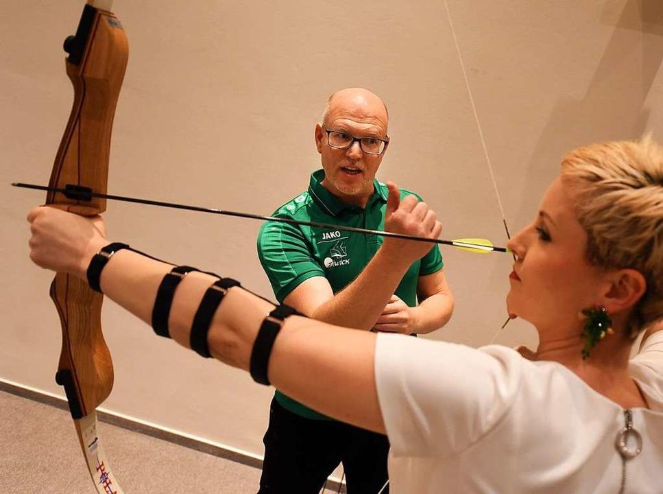 Trainer Lars Henke weihte Galanacht-Be...ie Geheimnisse des Bogenschießens ein.  | Foto: Rita Eggstein