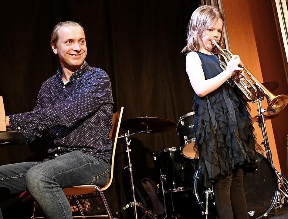 Musikschullehrer Oskar Szutenberg ist ...it der Trompete Geschichten erzählte.   | Foto: Barbara Ruda
